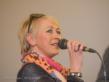 Eine Frau sing in ein Mikrofon.