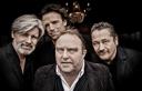 4 Männer auf schwarzem Hintergrund