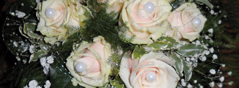 Weißen Rosen mit Perlen